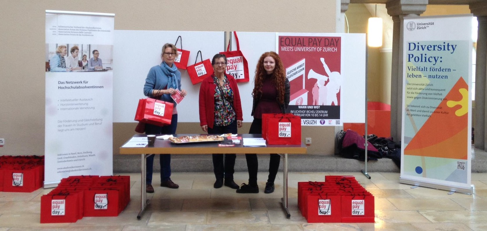 Equal Pay Day 2020 Aktion Lichthof Zentrum, drei Frauen am Aktionsstand